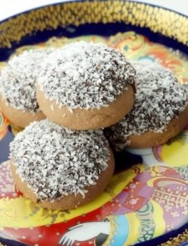 Süßes Mürbeteiggebäck mit Kakao, Schokoladensoße und Kokosraspeln