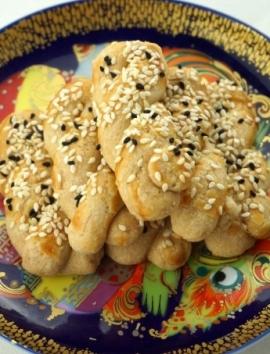 Salziges Mürbeteiggebäck mit Sesam und Mohnsamen