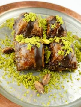 Baklava mit Schokoladensoße und Pistazien